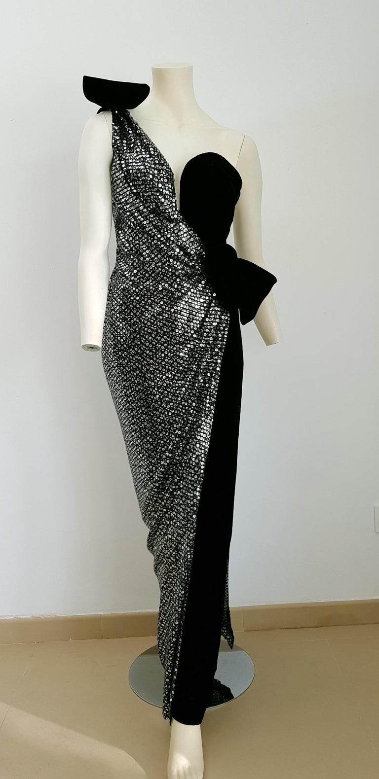 VALENTINO Haute Couture, sequins, silk velvet, black gown dress - Unworn, New In New Condition For Sale In Somo (Santander), ES
