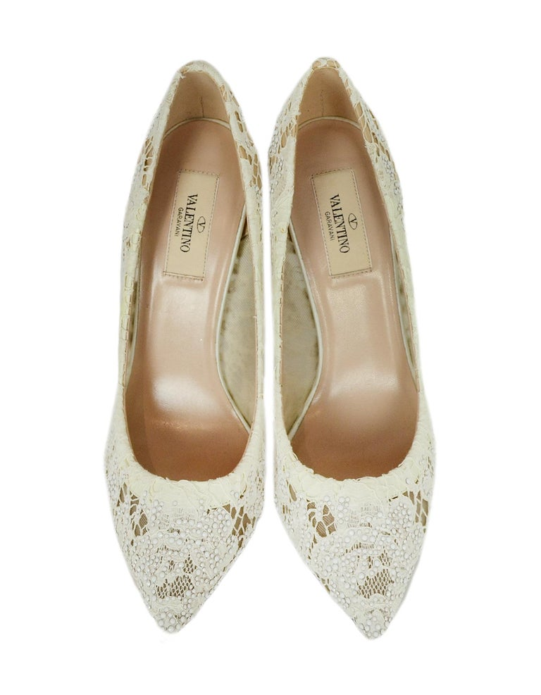 Valentino off-White Lace/Crystal Point Toe Pumps sz 39 In Excellent Condition For Sale In New York, NY