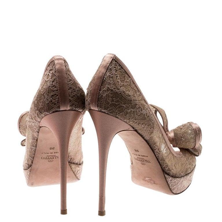 Valentino Pale Pink Floral Couture Bow Lace Peep Toe Platform Pumps Size 38 In Good Condition For Sale In Dubai, Al Qouz 2