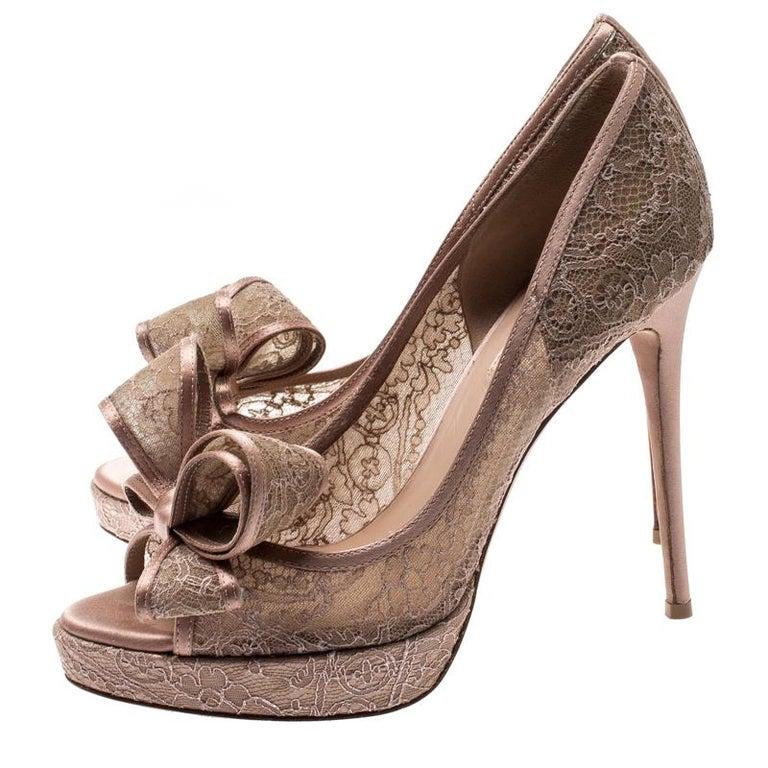 Women's Valentino Pale Pink Floral Couture Bow Lace Peep Toe Platform Pumps Size 38 For Sale