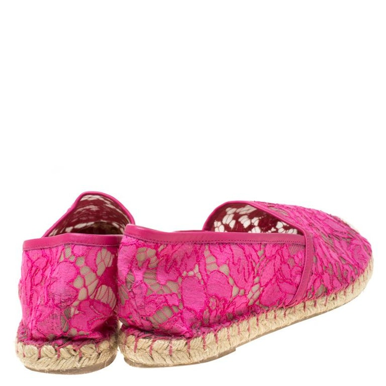 Valentino Pink Lace Espadrille Flats Size 40 In Good Condition For Sale In Dubai, Al Qouz 2