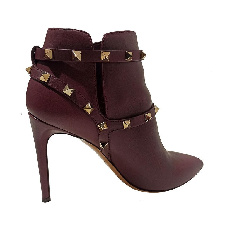 Iconic Valentino Garavani rockstud ankle boots Leather Ruby / bordeaux color Metal studs Double buckle Heel height cm 10 (3.93 inches) Original price € 890 Worldwide express shipping included in the price !