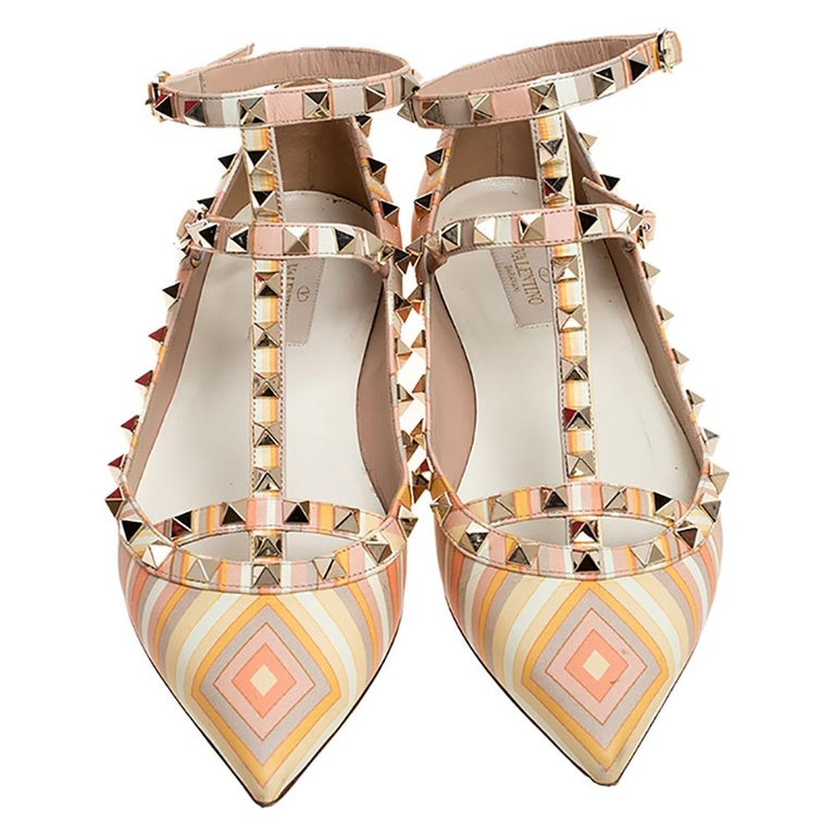 How can one not fall in love with these ballerina flats by Valentino! They've been beautifully crafted from leather and come with signature prints. They are styled with pointed toes and signature Rockstuds on the straps that form a cage silhouette