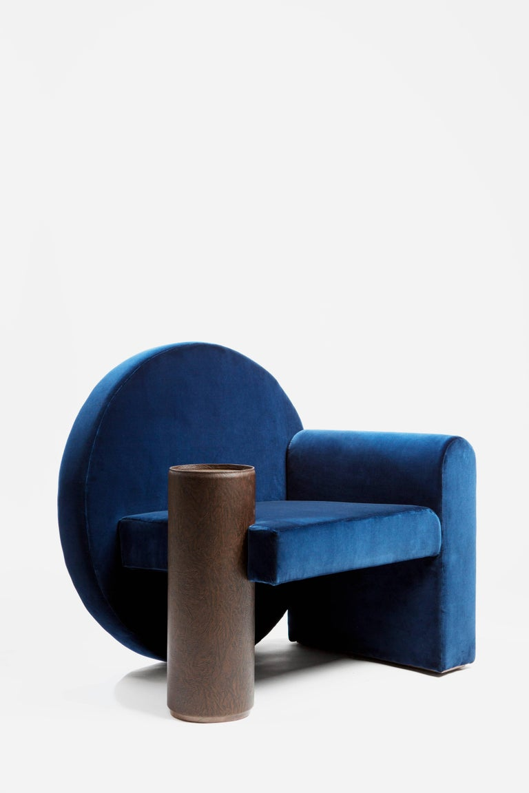 The Valsusa project, through the ancestral tradition of upholstering, shows the link between Piedmont and France. The blue velvet armchair, chosen for its comfort, with an armrest taking the role of leather and walnut shelf. 