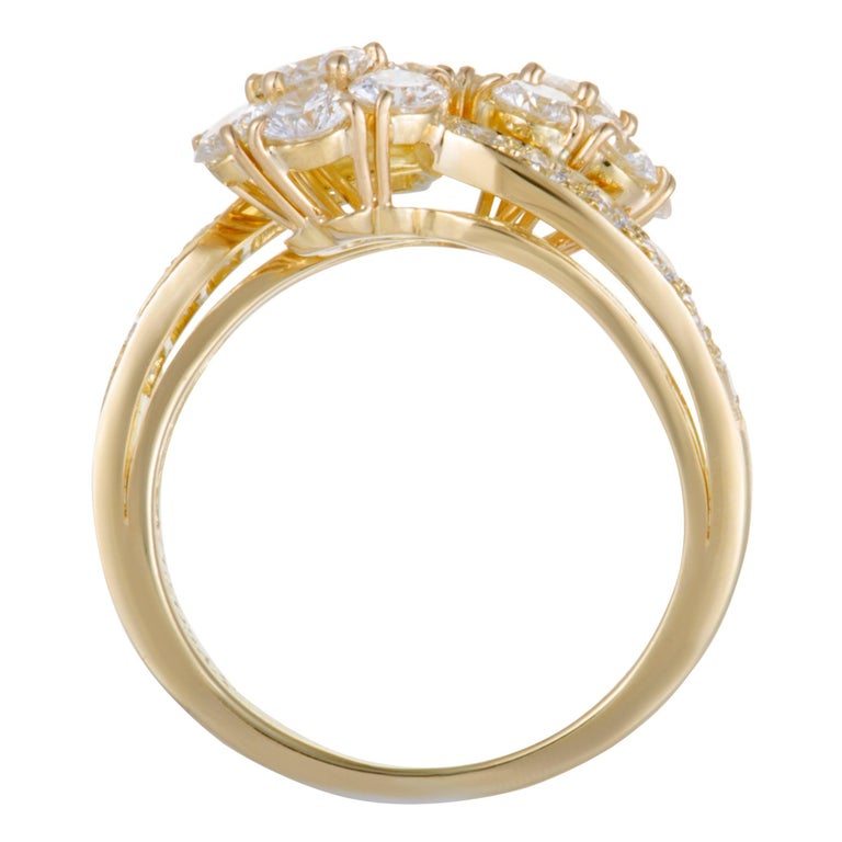 This fascinating ring by Van Cleef & Arpels is an item of prestigious quality and refined aesthetic style. The fabulous shimmer of 18K yellow gold in its design is perfectly complemented with the timeless resplendence of  diamonds, weighing
