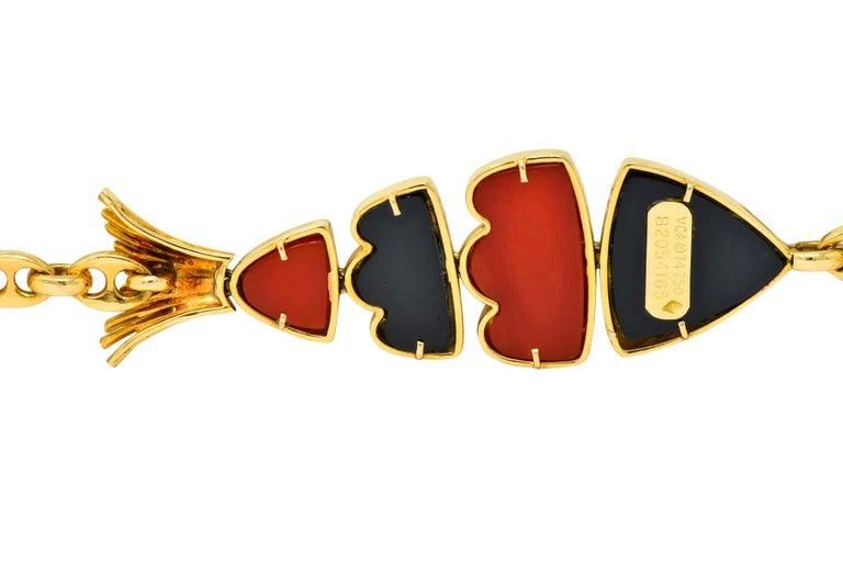 Van Cleef & Arpels Coral Black Onyx 18 Karat Gold Articulated Fish Bracelet For Sale 4