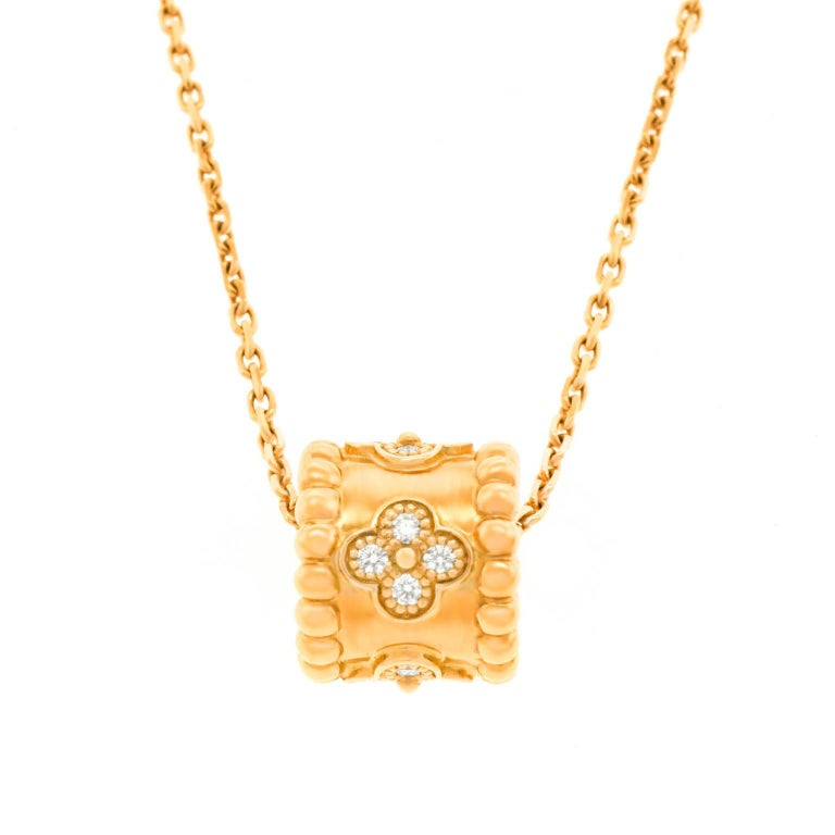Van Cleef & Arpels Perlee Clovers Pendant and Chain For Sale 2