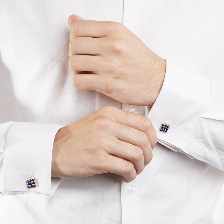 These Cufflinks by Van Cleef & Arpels feature 18 royal blue Lapis Lazuli beads and 8 round brilliant cut Diamonds of 0.20ct total colour G, clarity VS, made in 18k Yellow Gold. The diameter is 1cm. Complete with Xupes Presentation Box.