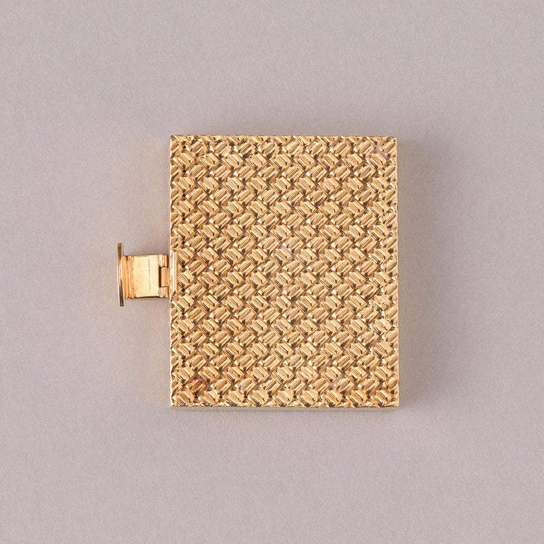 An 18 carat gold Van Cleef and Arpels photo frame that can hold four photos, signed and numbered: VCA, NY, 20 V-8.  weight: 31.5 grams dimensions: 3.8 x 3.1 x 0.6 cm.