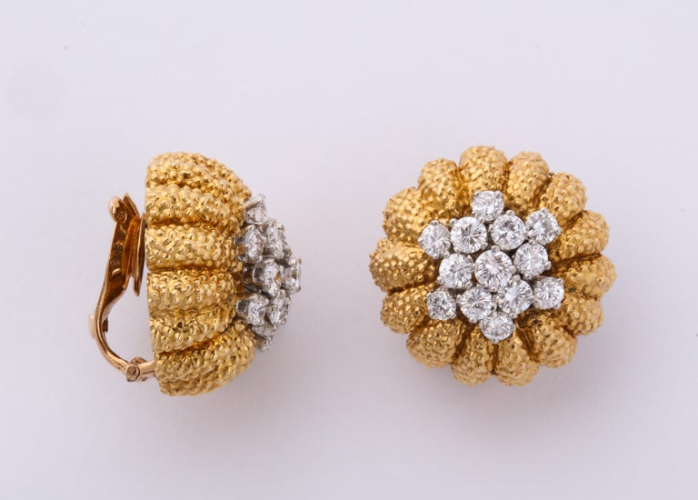 Van Cleef & Arpels 1960s Gold and Diamond Pin and Earclips Set For Sale 1