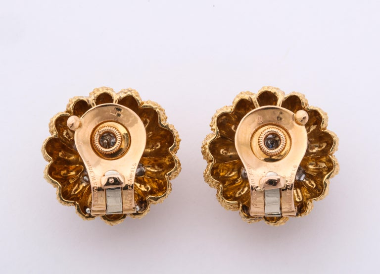 Van Cleef & Arpels 1960s Gold and Diamond Pin and Earclips Set For Sale 2