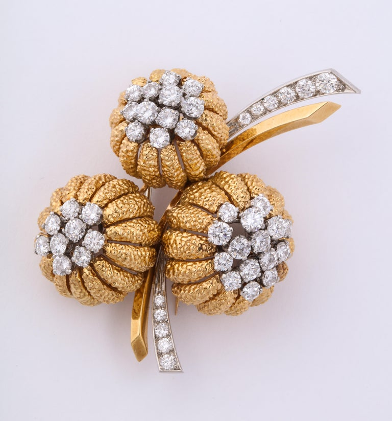 Van Cleef & Arpels 1960s Gold and Diamond Pin and Earclips Set For Sale 3