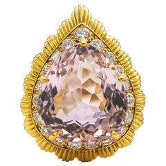 Van Cleef & Arpels 20 Carat Kunzite and 2.50 Carat Diamonds Ring 18 Karat Gold