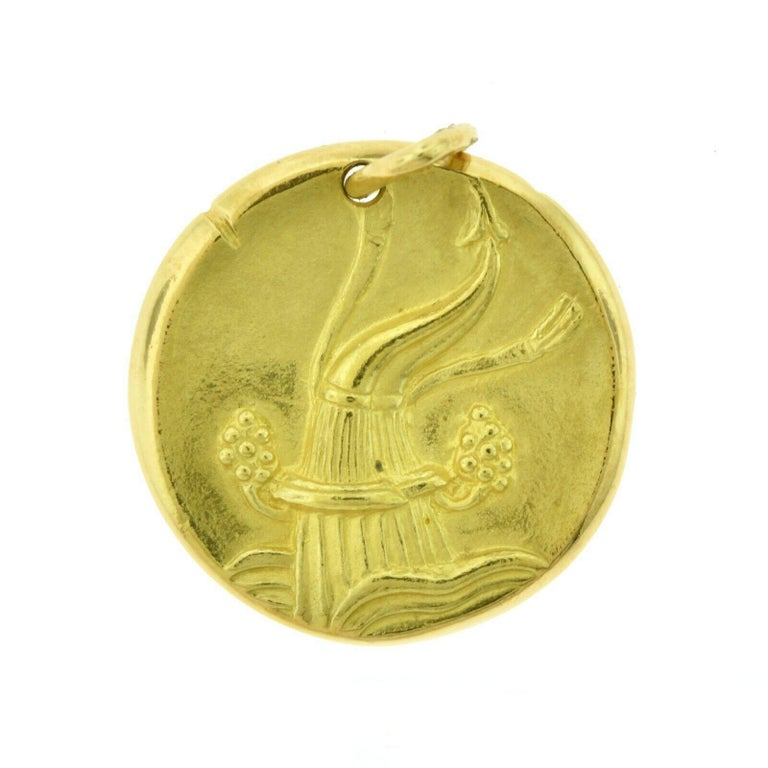 Women's or Men's Van Cleef & Arpels Aquarius Zodiac Pendant Charm in Yellow Gold For Sale