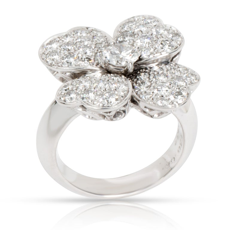 Van Cleef & Arpels Cosmos Flower Diamond Ring in 18 Karat White Gold 1.85 Carat In Excellent Condition For Sale In New York, NY