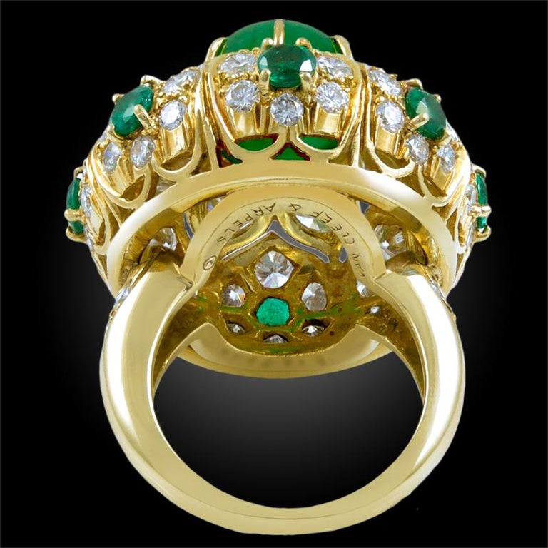 Van Cleef & Arpels Cabochon Emerald Diamond  Ring In Good Condition For Sale In New York, NY