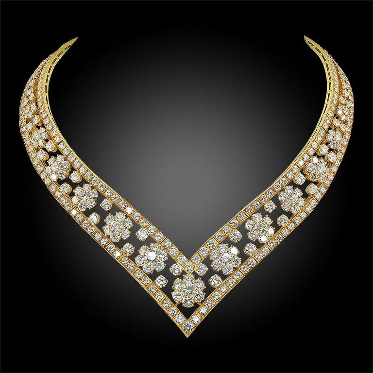 Van Cleef & Arpels Diamond Snowflakes Necklace In Good Condition For Sale In New York, NY