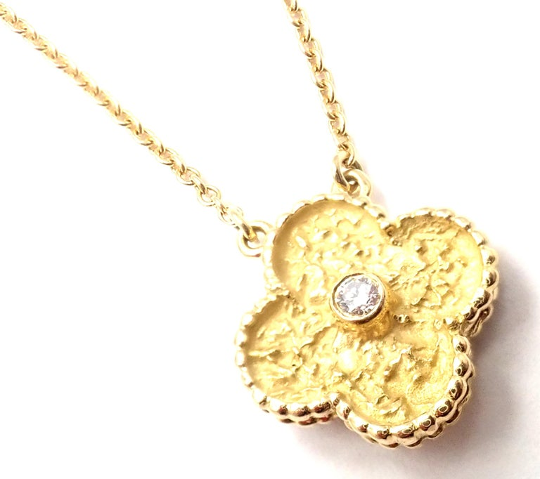 Women's or Men's Van Cleef & Arpels Diamond Vintage Alhambra Yellow Gold Tie Clip For Sale
