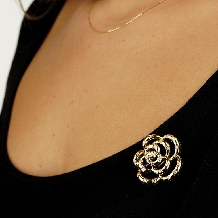 Round Cut Van Cleef & Arpels Flower Diamond Gold Brooch For Sale