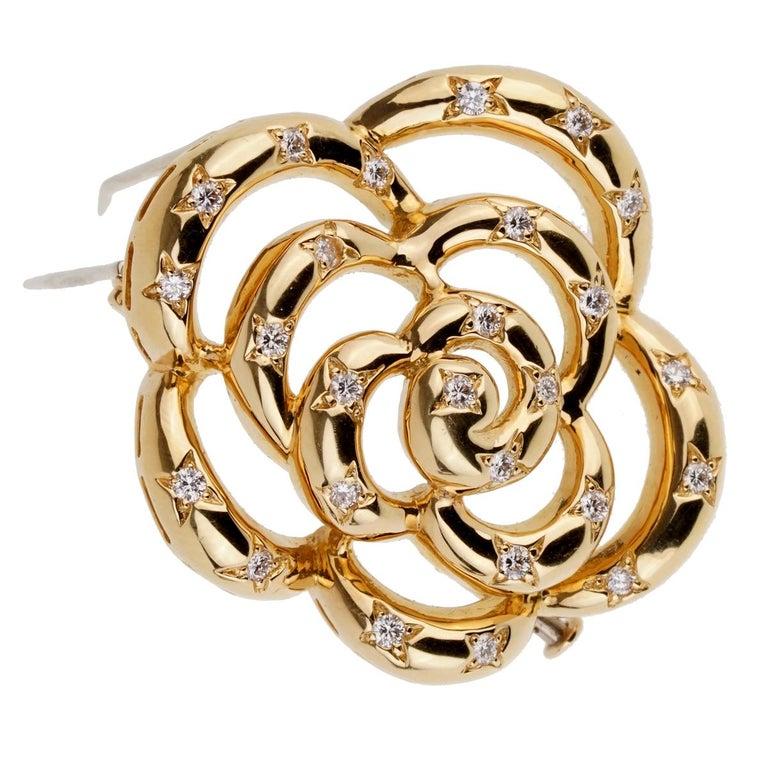 Women's or Men's Van Cleef & Arpels Flower Diamond Gold Brooch For Sale
