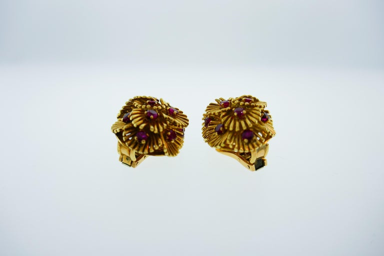 Van Cleef & Arpels France 18k Yellow Gold and Ruby Flower Clip-On Earrings w/Box For Sale 1