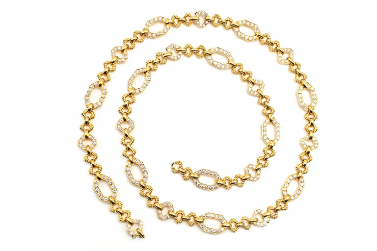 This chic and elegant flexible link necklace by Van Cleef & Arpels Paris is masterfully hand-crafted in 18 karat yellow gold and set with 240 perfectly matched white bright and sparkly round brilliant cut diamonds. The necklace is convertible into a