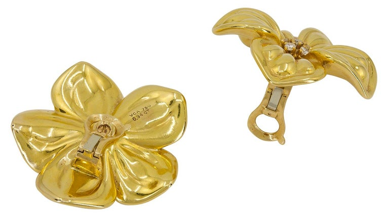 Round Cut Van Cleef & Arpels Diamond Yellow Gold Magnolia Brooch and Earrings Suite For Sale