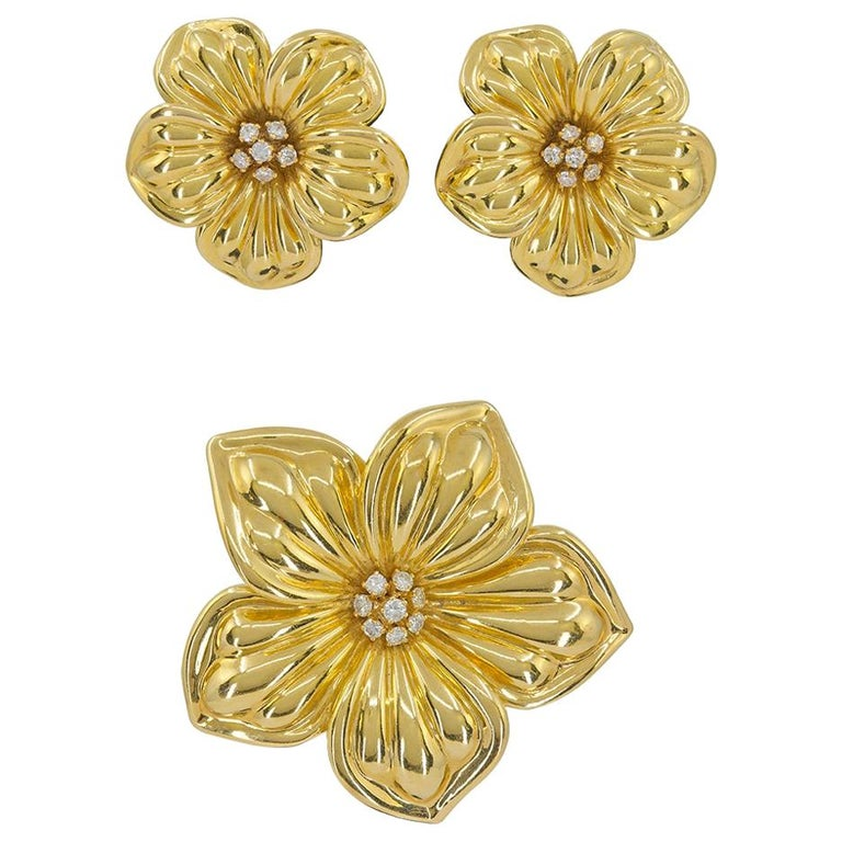 Van Cleef & Arpels Diamond Yellow Gold Magnolia Brooch and Earrings Suite For Sale
