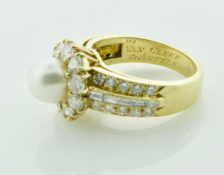 Van Cleef & Arpels Pearl and Diamond Ring in 18 Karat Yellow Gold In Excellent Condition For Sale In Wailea, HI