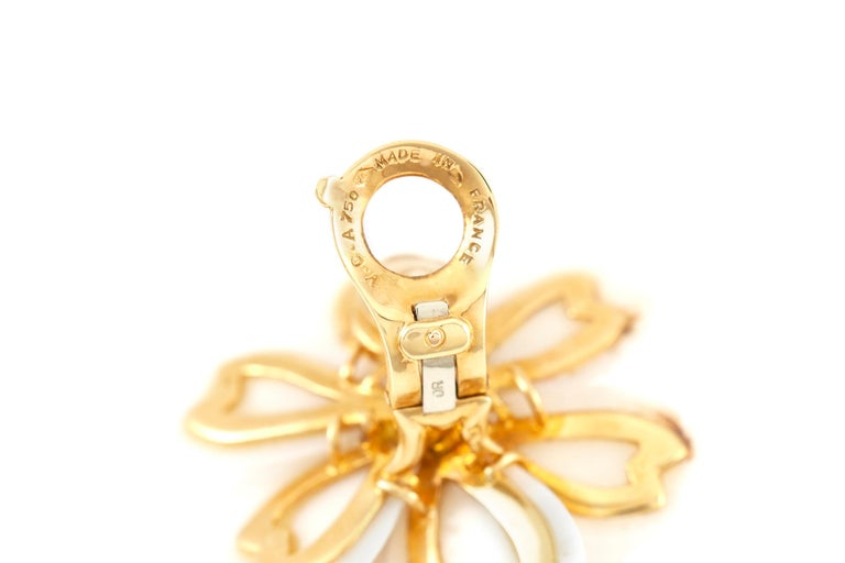 Round Cut Van Cleef & Arpels Rose De Noel Diamond and White Coral Flower Yellow Gold For Sale