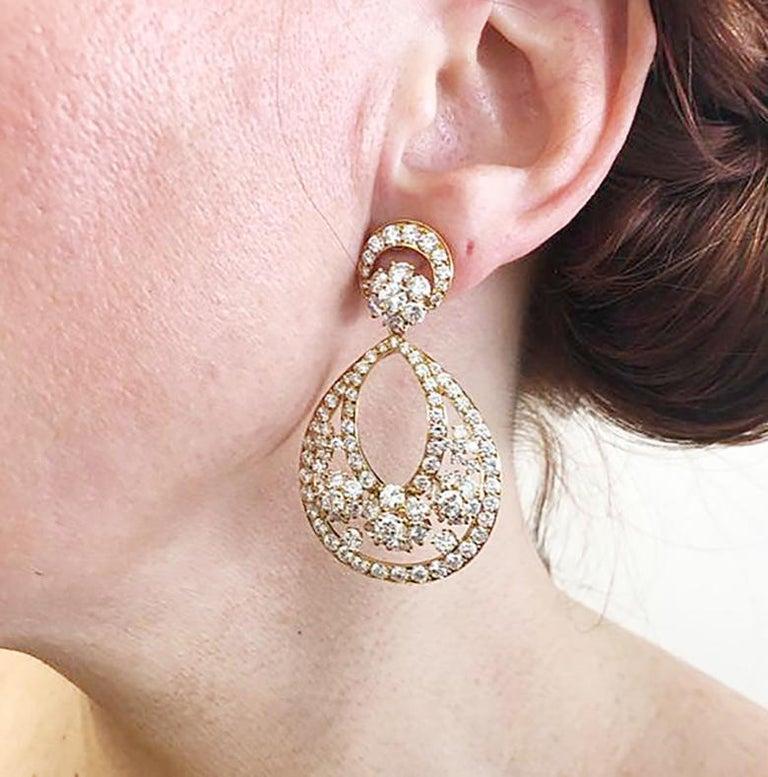 Round Cut Van Cleef & Arpels Diamond Yellow Gold Snowflake Chandelier Earrings For Sale
