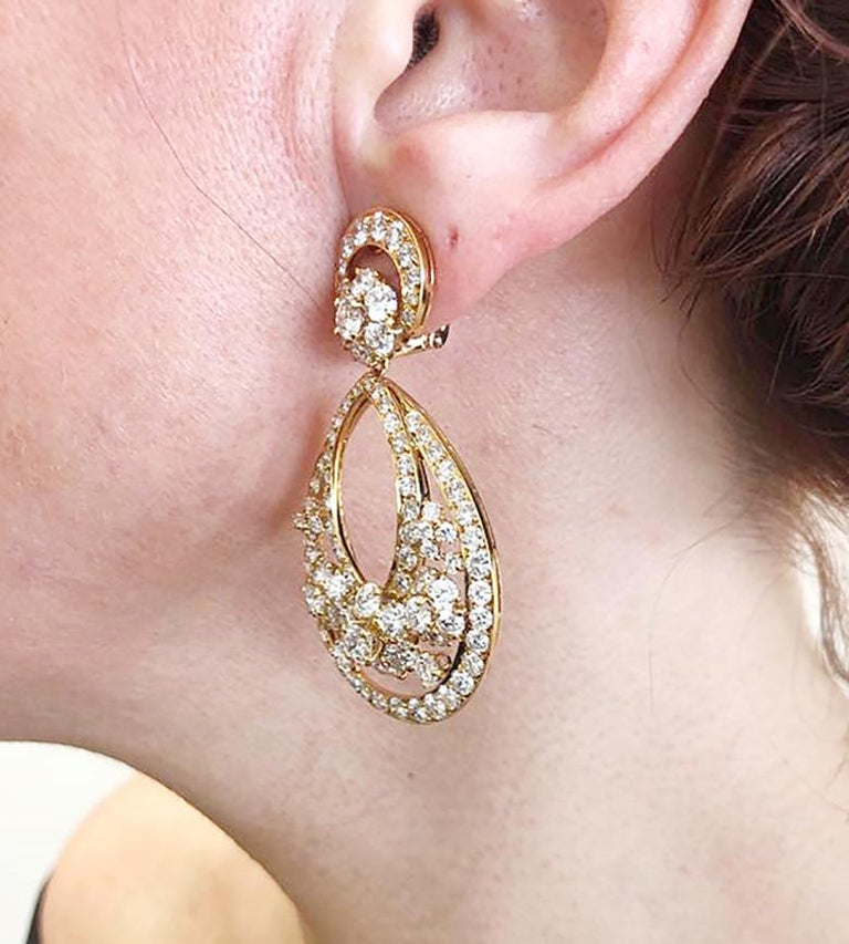 Van Cleef & Arpels Diamond Yellow Gold Snowflake Chandelier Earrings In Good Condition For Sale In New York, NY