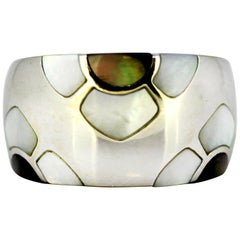 Van Cleef & Arpels 'VCA', 18 Karat White Gold Ladies Ring with Mother of Pearl