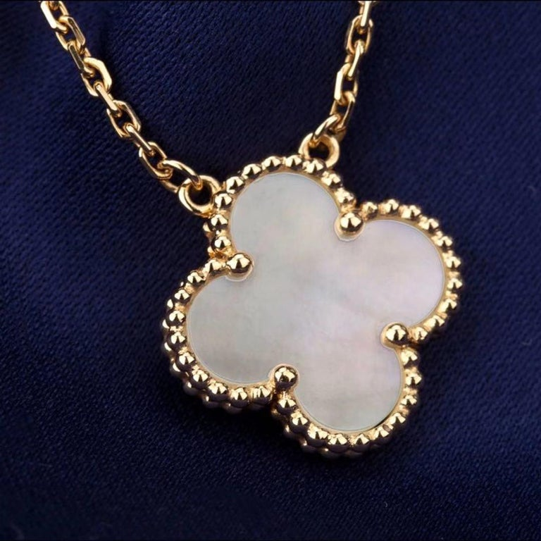 Van Cleef & Arpels Vintage Alhambra 18k Mother of Pearl Pendant Necklace In Excellent Condition In Banbury, GB
