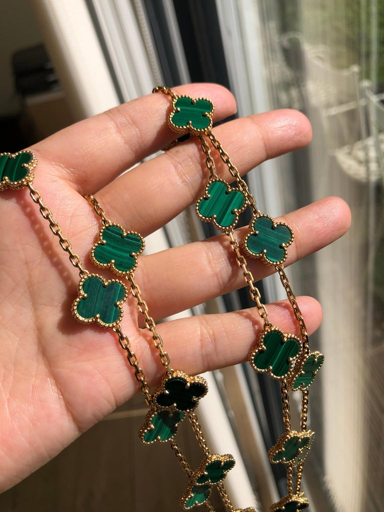 Van Cleef & Arpels Vintage Alhambra Malachite 20 Motif Gold Necklace In Excellent Condition For Sale In Banbury, GB