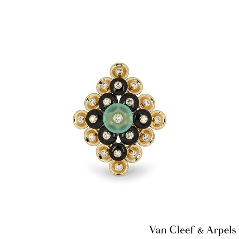 Van Cleef & Arpels Yellow Gold Bouton d'or Ring VCARO9MW00 In Excellent Condition For Sale In London, GB