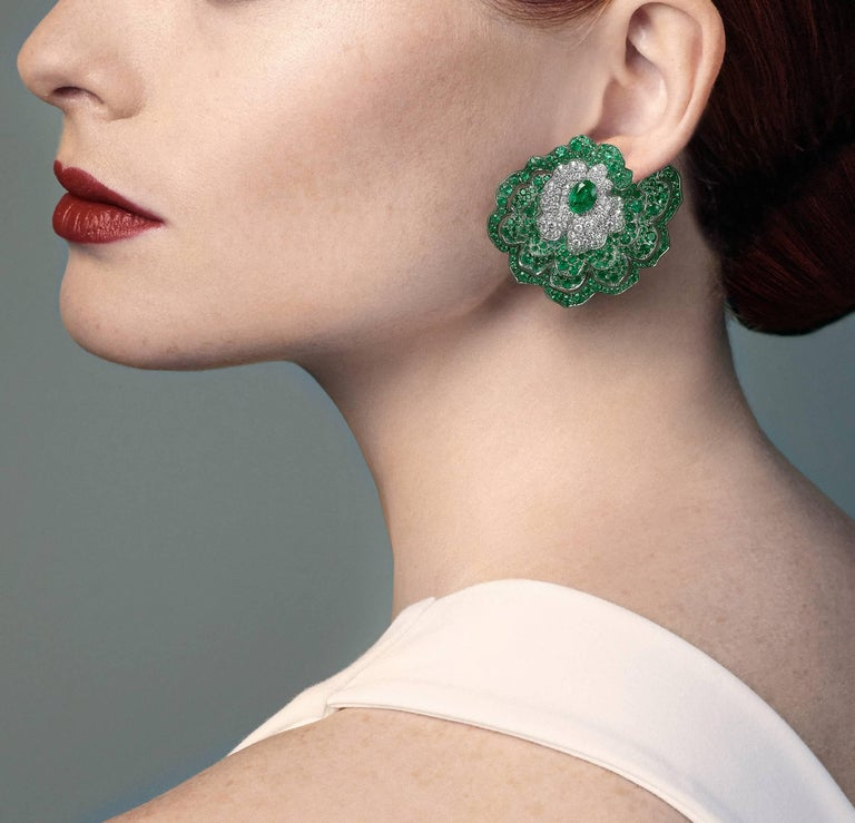 Women's Earrings crafted in 18K White Gold, White Diamonds and Emeralds For Sale