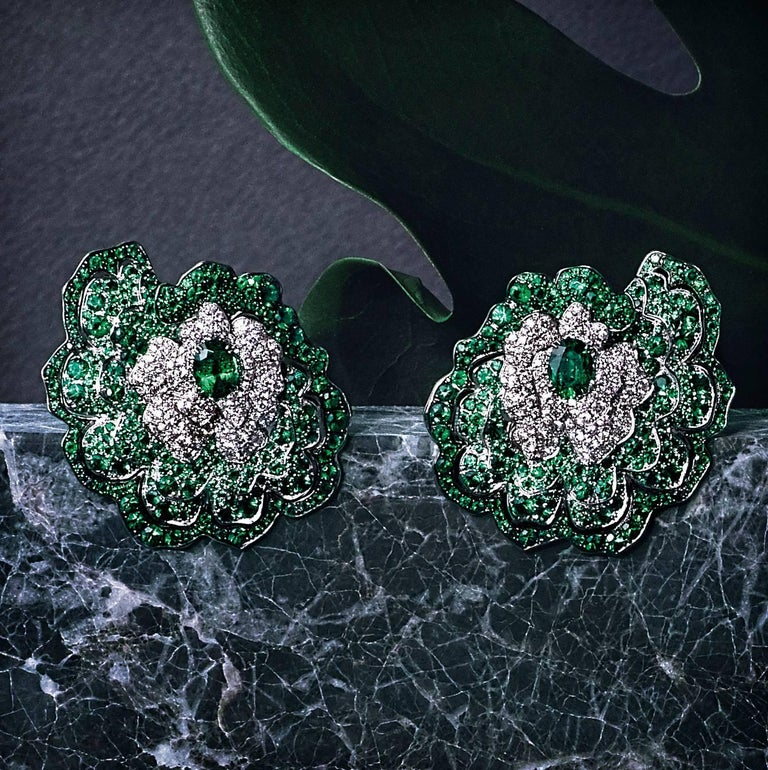 Earrings crafted in 18K White Gold, White Diamonds and Emeralds In New Condition For Sale In Mayfair, London, GB