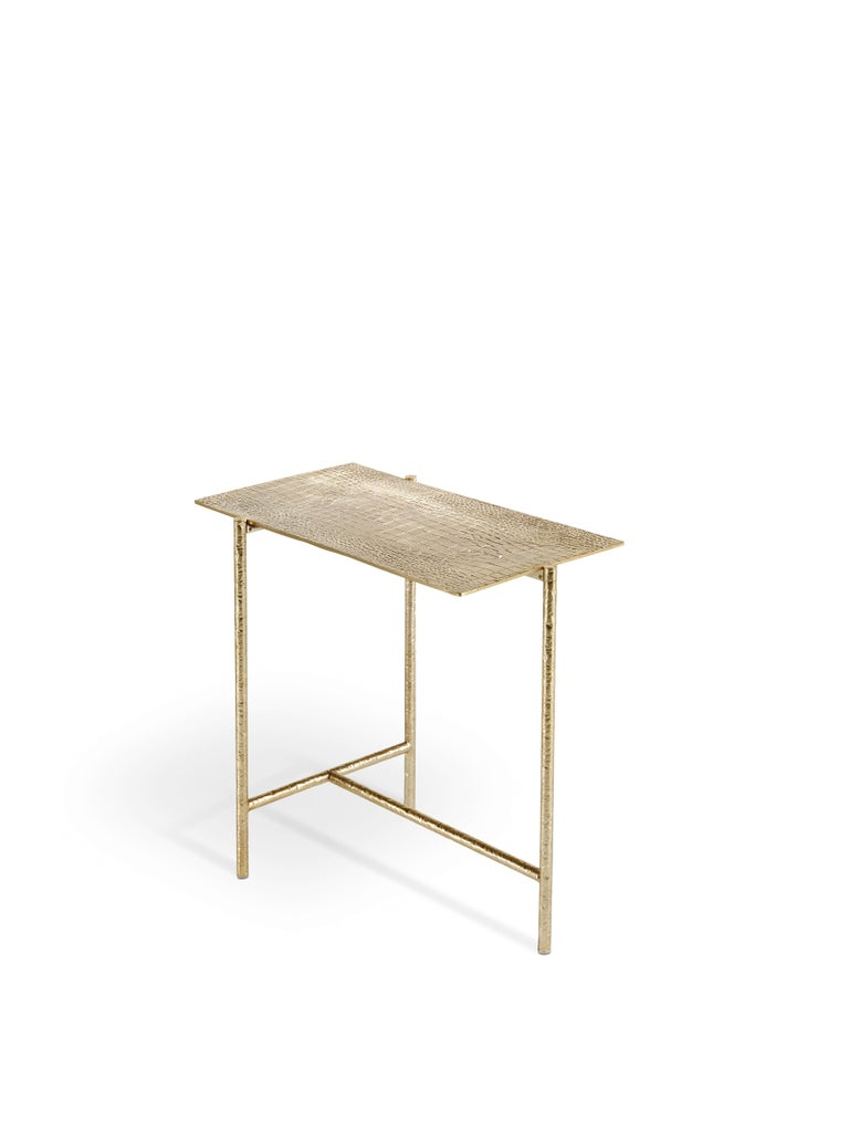 Able to lend an immediate sense of elegance and refinement to the environment, the Vanuatu coffee table is made up of a light metal structure with golden finishing and a crocodile print on the top, in perfect Roberto Cavalli style. With its