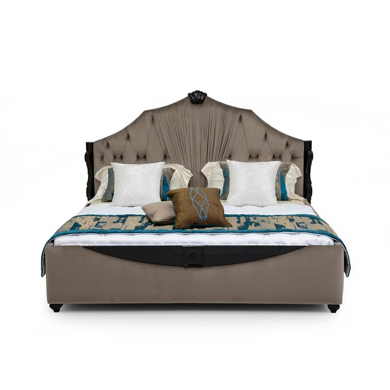 An opulent and dramatic statement piece that will effortlessly suit both modern and classic decors, this king size bed is a superb showcase of deft craftsmanship. Resting on a wooden structure finished with a shiny effect and adorned with inlay
