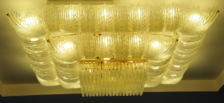 Realized in pure Murano glass consist of an incredible number of leaves. The structure is plated with gold 56 lights spread a magical light.
