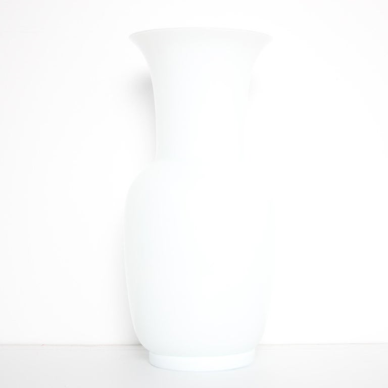 Italian Mid Century Modern Venini White Glass Vase by Tomaso Buzzi, 1983 In Excellent Condition For Sale In Byron Bay, NSW