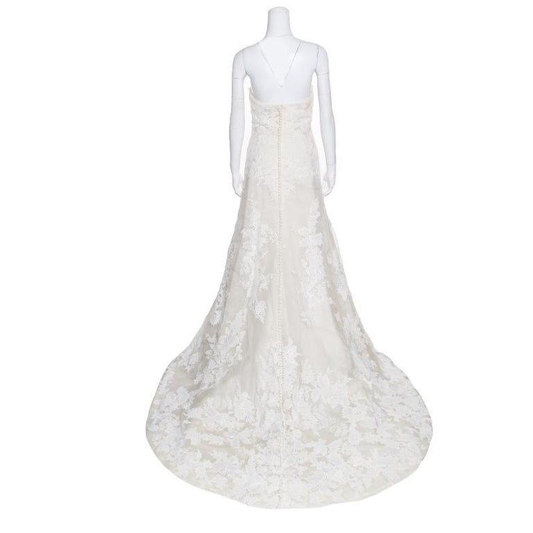 Vera Wang has gained quite a reputation as one of the best wedding dressmakers and women around the world validate this. So, to celebrate your most momentous occasion, you need a befitting dress that effortlessly complements the spirit and beauty