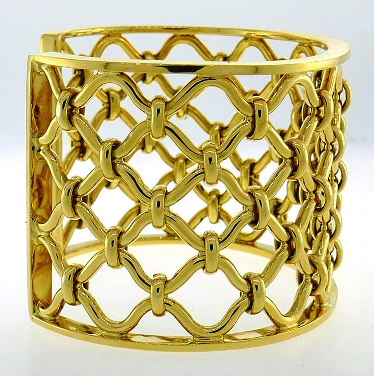 Verdura Kensington Yellow Gold Cuff Bracelet In Excellent Condition For Sale In Beverly Hills, CA
