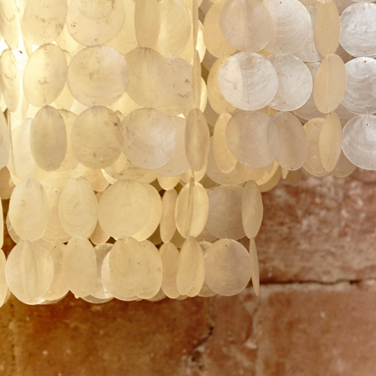 Verner Panton Style Capiz Shell Chandelier Lamp, circa 1970 In Good Condition For Sale In Barcelona, Barcelona
