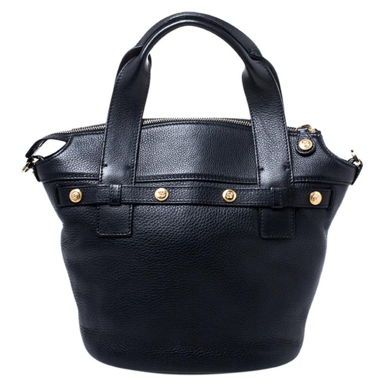 This Versace creation speaks of the brand's distinct aesthetic and penchant for delivers quality. Made from leather, this black shoulder bag has been crafted in Italy. It exudes sophistication with its classic silhouette. The bag is held by dual top