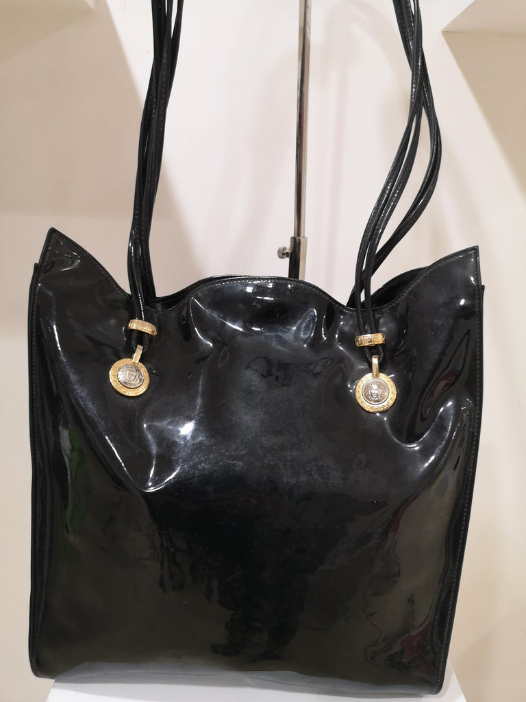 Versace black patent leather shoulder bag In Good Condition For Sale In Capri, IT