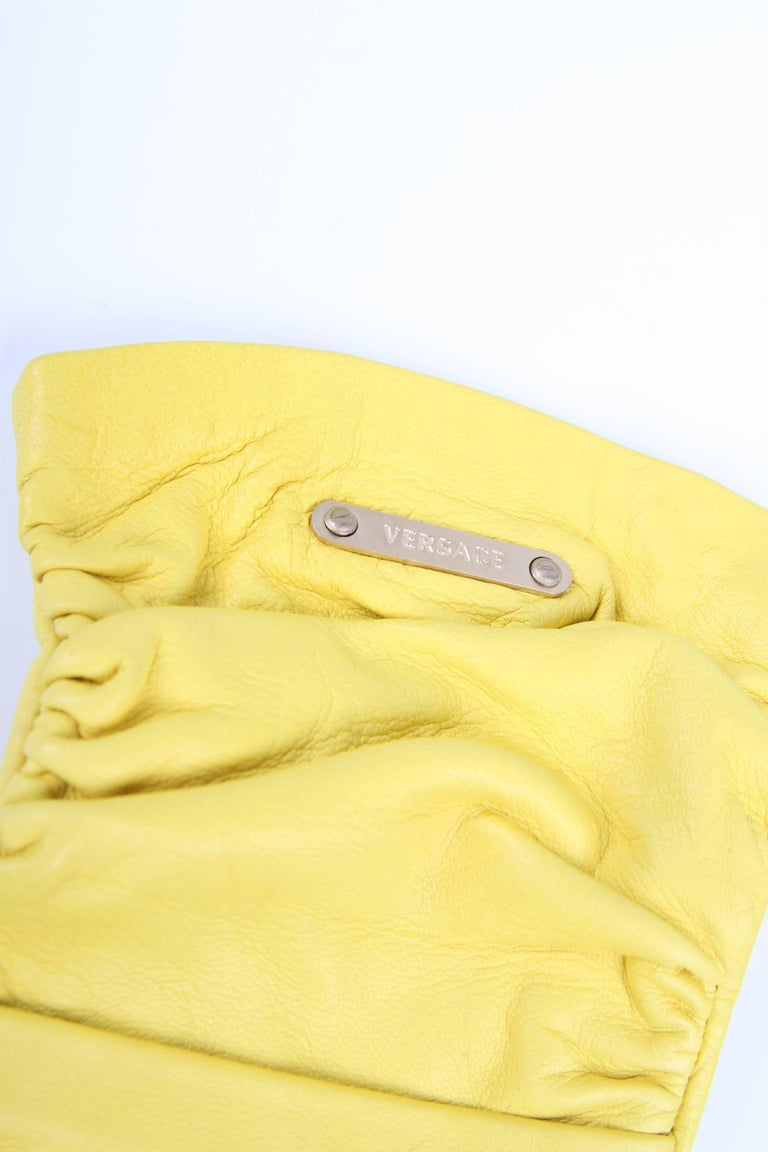 Versace Leather Gloves - yellow In New Condition For Sale In Baarn, NL