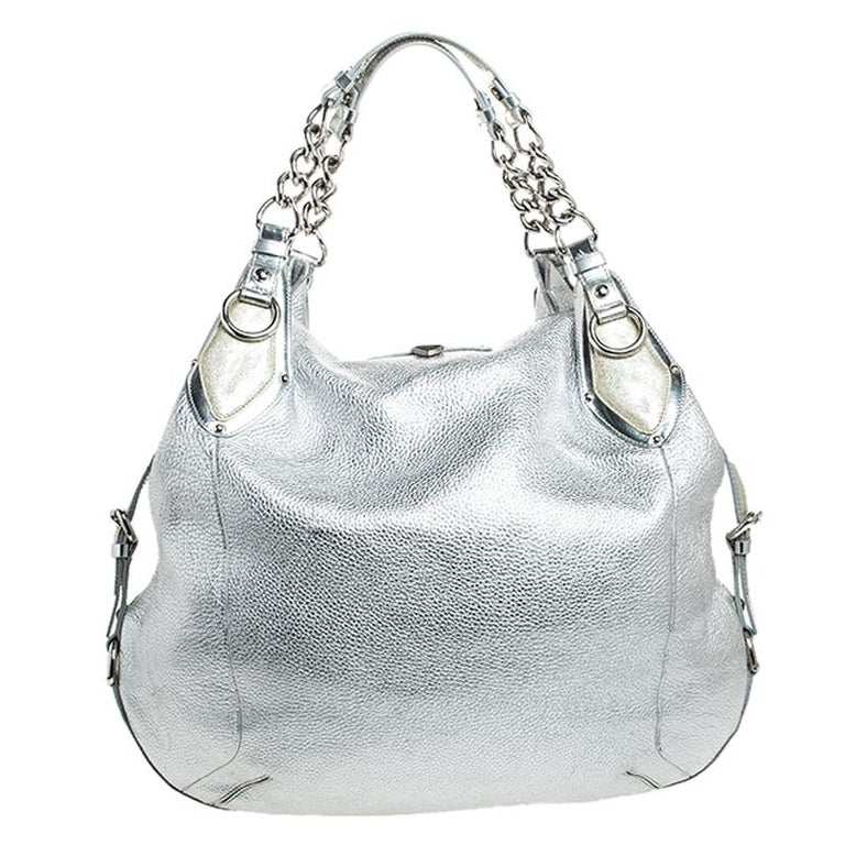 Sophisticated and luxe, this hobo from Versace definitely needs to be on your wishlist. The bag is crafted from leather in a lovely metallic silver shade and it features a slouchy silhouette. It flaunts dual handles and the famous Medusa logo on the