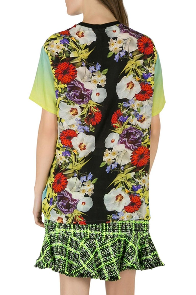 This unique design deserves to be yours. Tailored from silk, the Versace t-shirt is designed in an ombre shade on the sides and sleeves while it features a floral print on the front and back. This multicolor creation comes with a crew neckline and a